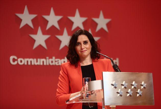 La presidenta de la Comunidad de Madrid, Isabel Díaz Ayuso, interviene en una rueda de prensa...
