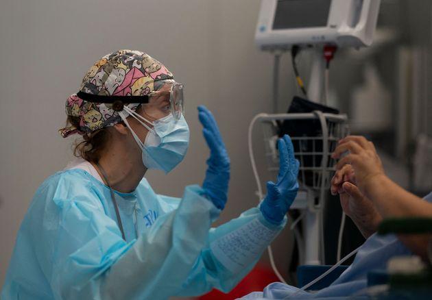 Una fisioterapeuta da rehabilitación a un paciente con covid en el Hospital Zendal de