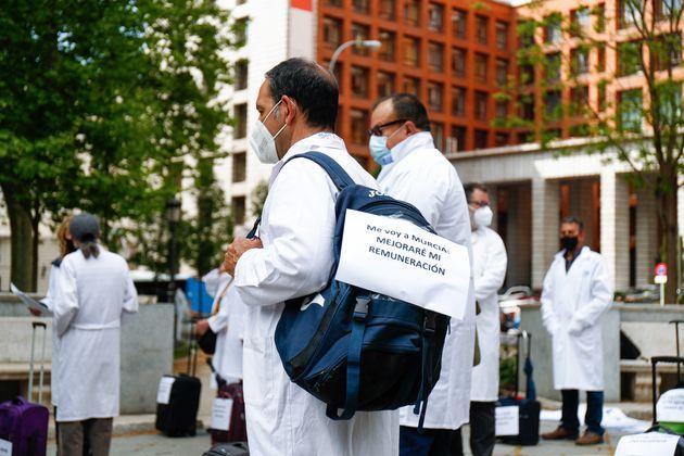 Varios sanitarios, durante una concentración frente al Ministerio de Sanidad en Madrid, pidiendo...