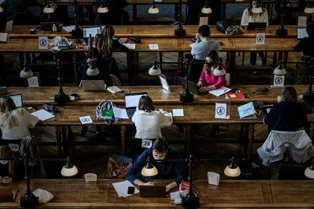 Des étudiants dans la bibliothèque de l'Université de Bordeaux, le 20 janvier 2021. (Photo by PHILIPPE...