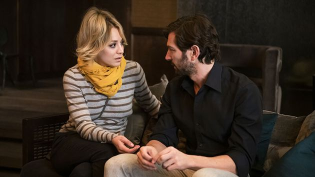 Kaley Cuoco y Michiel Huisman en 'The Flight