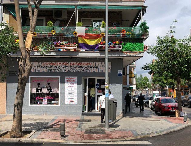 Una bandera republicana en un balcón en el barrio de Entrevías, en Puente de Vallecas, este miércoles...