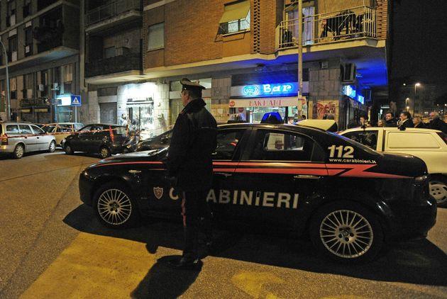 Grinzane Cavour, tentano di rapinare una gioielleria: il proprietario spara ai banditi, due