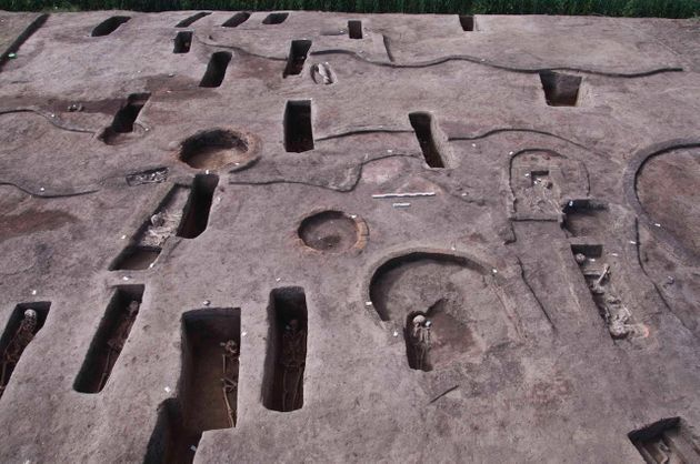 Δεκάδες σπάνιοι προδυναστικοί τάφοι
