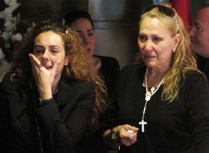 Rocio Carrasco y  Rosa Benito en el funeral de Rocío Jurado.