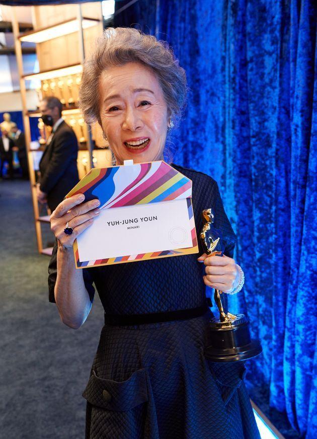 '제93회 아카데미 시상식'에서 영화 '미나리'로 여우조연상을 수상하며 한국인 최초 아카데미 배우상을 수상한