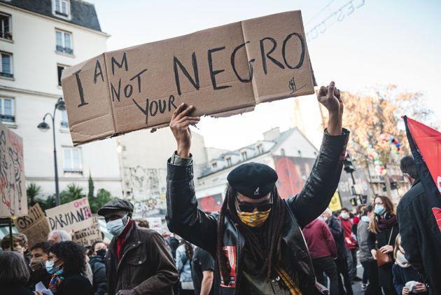 Un manifestant brandit un slogan