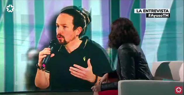 Ayuso mira a Pablo Iglesias en una pantalla en una entrevista en