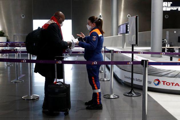 Une membre de la protection civile contrôle un voyageur le 5 février 2021 à l'aéroport...