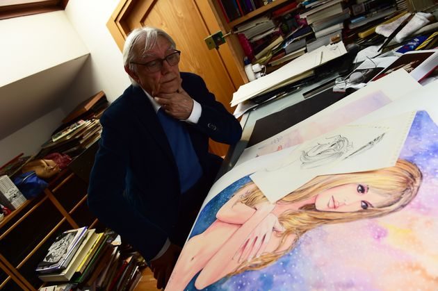 TO GO WITH AFP STORY BY PHILIP SIUBERSKI - Italian artist Milo Manara poses at his working table with...