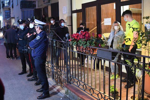 I Carabinieri sul luogo dove una ventiquattrenne è stata colpita con un'arma da taglio, Pompei (Napoli),...
