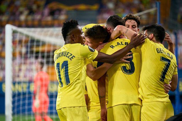 Albiol festeja el segundo gol del Villarreal con sus