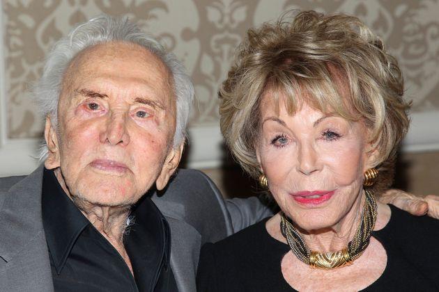 Kirk Douglas et sa femme Anne Douglas lors du