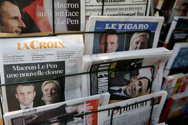 Les Unes des journaux annonçant le deuxième tour de l'élection présidentielle avec Emmanuel Macron et...