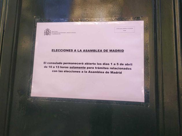 Cartel en el Consulado de España en