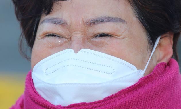 신축년 새해 첫날인 1일 서울 영등포구 여의도 LG트윈타워 앞에서 열린 '청소노동자 집단해고 해결 촉구 시민사회 기자회견'에서 한 청소 노동자가 집단해고에 항의하며 눈물을 흘리고 있다.