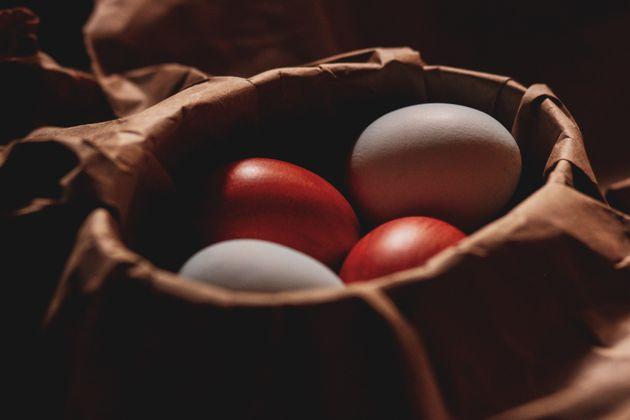 Τα κόκκινα αυγά του Πάσχα, οι αρχαίες ρίζες και τα έθιμα που χάνονται στα βάθη του