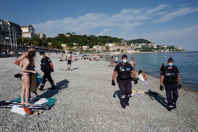 Une patrouille de police sur la plage à Nice, le 22 mai