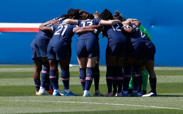 Les joueuses du PSG se rassemblent avant la demi-finale aller de la Ligue des champions féminine...