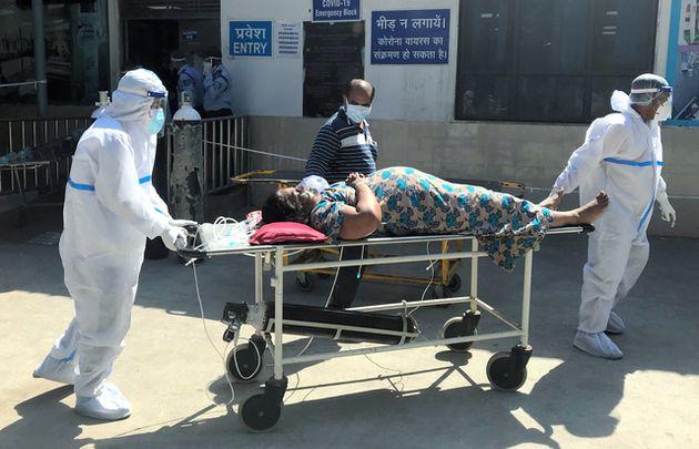 ニューデリーの病院に運ばれるコロナ患者=4月24日、奈良部健撮影