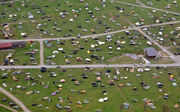 利用客のテントや車が間隔を空けて散らばるキャンプ場=2021年5月1日午前、静岡県富士宮市、朝日新聞社ヘリから、福留庸友撮影