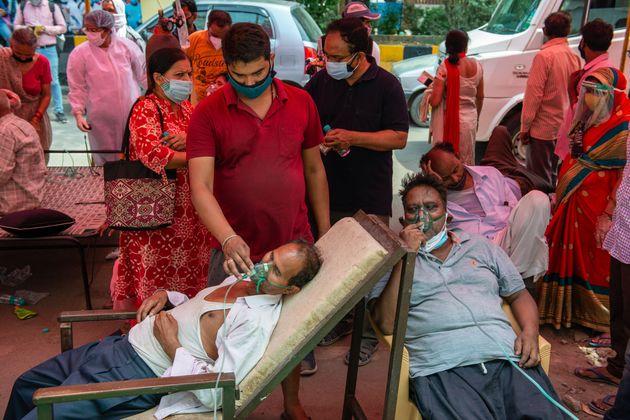 NGOによる酸素の補給を受ける患者。インドでは医療用酸素の不足が指摘されている。インド・ガーズィヤーバード(Photo by Pradeep Gaur/SOPA Images/LightRocket via...