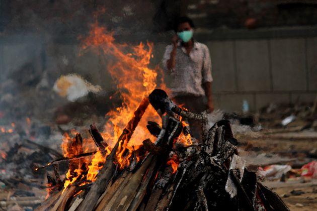 臨時の火葬場で実施された、患者の集団火葬。インド・ニューデリー (Photo by Mayank Makhija/NurPhoto via Getty