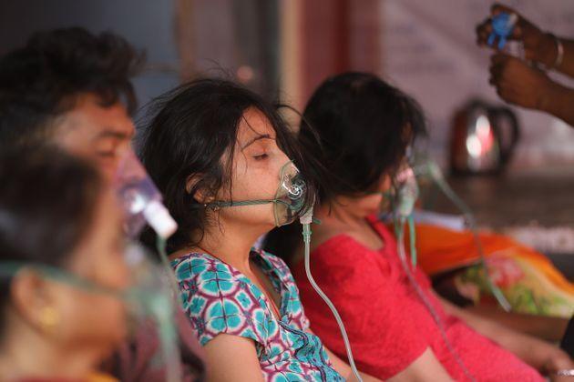 酸素の供給を受ける重症の患者インド・ガーズィヤーバード(Photo by Amarjeet Kumar Singh/Anadolu Agency via Getty