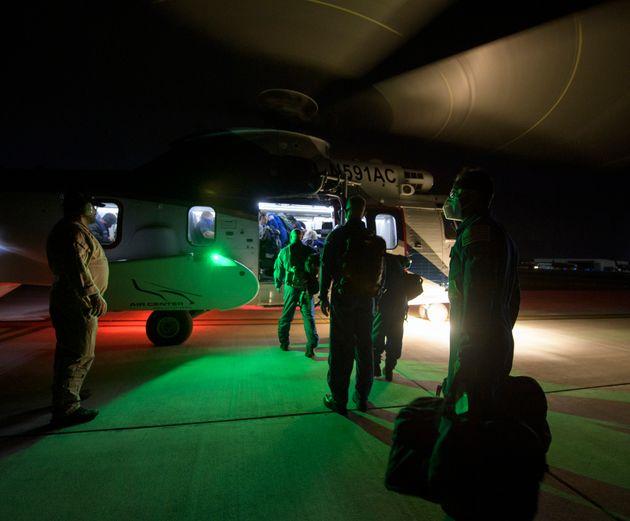 Οι ομάδες υποστήριξης της NASA και της SpaceX αναχωρούν από την Πενσακόλα της Φλόριντα με ελικόπτερο για το πλοίο περισυλλογής SpaceX GO Navigator προκειμένου να παραλάβουν το πλήρωμα του διαστημικού σκάφους SpaceX Crew Dragon Resilience