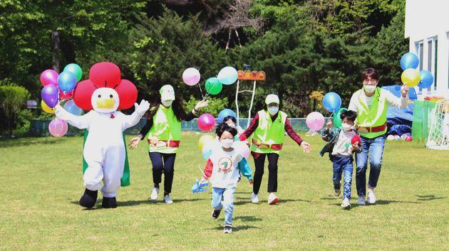 어린이날을 앞둔 3일 경기도 수원시 장안구 보육원 시설인 경동원에서 어린이들이 경기사랑의열매 직원들과 함께 잔디밭을 뛰며 즐거운 시간을 보내고
