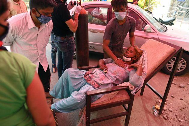 Επί 12 ημέρες με πάνω από 300.000 κρούσματα το 24ωρο η Ινδία που γονάτισε από την