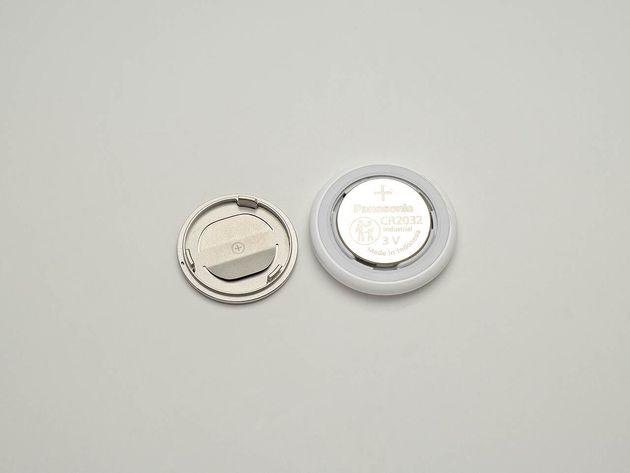 ▲今までの多くのタグは電池交換ができない使い捨てに近いスタイルだったのに対して、AirTagは(Apple製品にしては珍しく)電池交換ができる仕様だったのに驚きました。噂ではApple