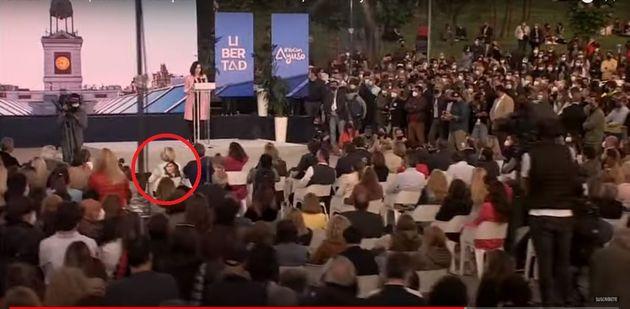 Esperanza Aguirre, en primera fila con un pañuelo de