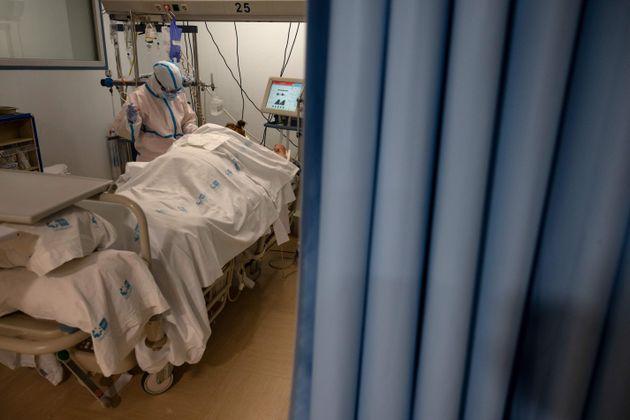 Un trabajador sanitario en una uci del hospital Severo Ochoa de