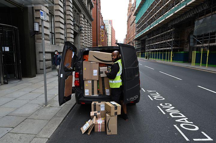 Une livraison Amazon à Manchester (Angleterre), le 19 octobre 2020, en pleine épidémie de Covid-19