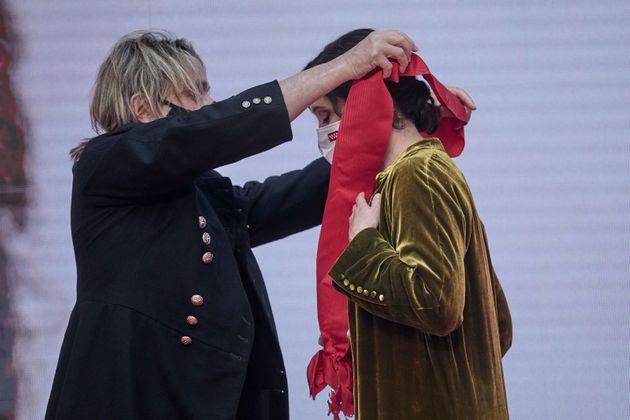 Nacho Cano, devolviéndole la Gran Cruz de la Orden del Dos de Mayo a la presidenta madrileña,...
