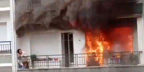 Imagen del rescate a una mujer durante un incendio en su casa, en Castro