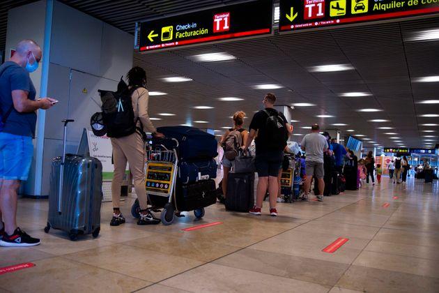 Viajeros en la Terminal 1, del aeropuerto