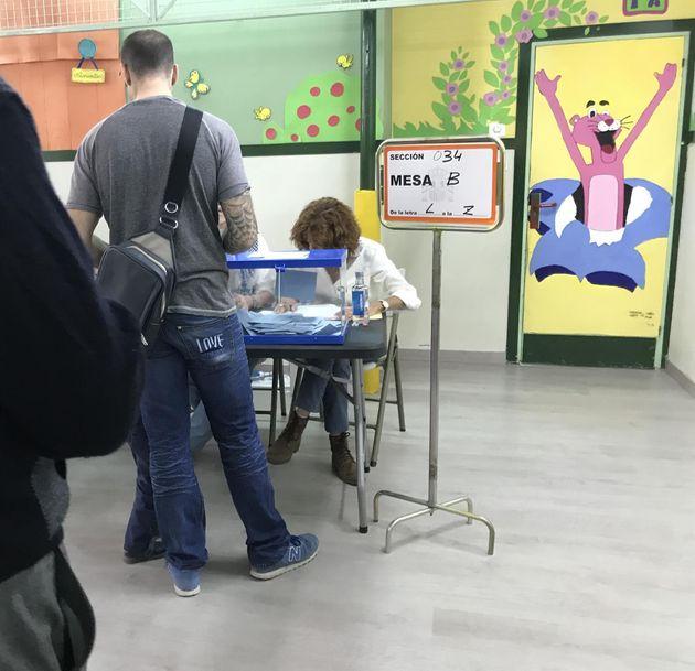 Fila de votantes en un colegio