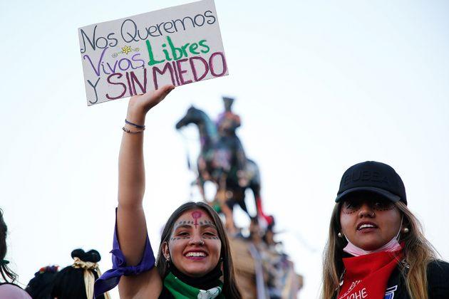 Una mujer sostiene una pancarta que dice 'Nos queremos vivas, libres y sin miedo' durante el 8-M en