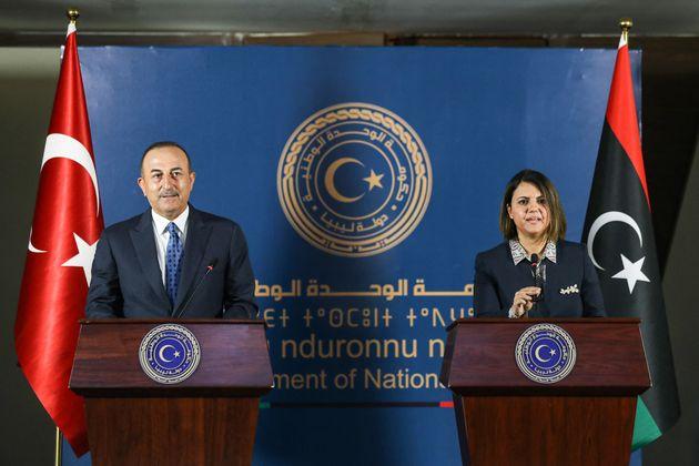 Ηυπουργός Εξωτερικών της μεταβατικής κυβέρνηση της Λιβύης, Νάιλα αλ Μανγκούςμε τον Τούρκο ομόλογό της Μεβλούτ Τσαβούσογλου στην Τρίπολη.