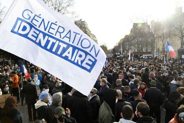 Le drapeau de Génération Identitaire lors d'une manifestation contre sa dissolution, à Paris le 20 février