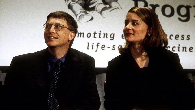 1998년 젊은 부부는건강 기술 프로그램에100만 달러 수표를 기부했다. 젊은 시절부터 부부는 자선사업에 큰 관심을