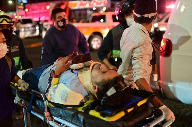 El personal de emergencias, trabajando para trasladar a los heridos a los