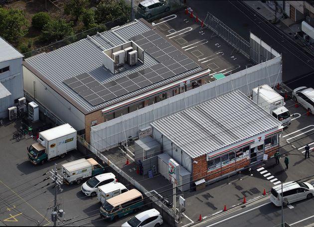 セブン―イレブン・ジャパン本部が係争中の店舗(奥)の駐車場で営業を始めた仮店舗(手前)=2021年5月4日午後3時16分、大阪府東大阪市、朝日放送テレビヘリから、小杉豊和撮影