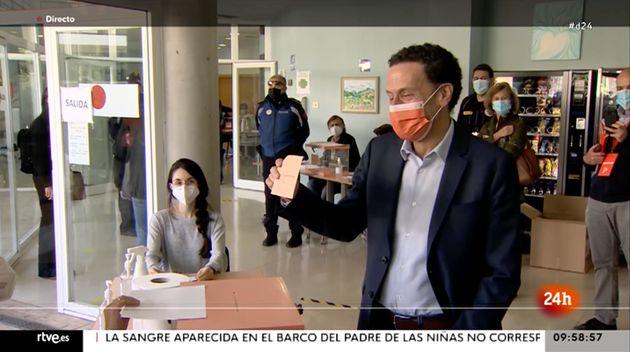 Edmundo Bal, votando en