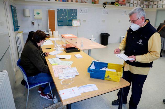 Trabajadores de Correos entregan el voto por correo en el colegio electoral de Nuestra Señora...