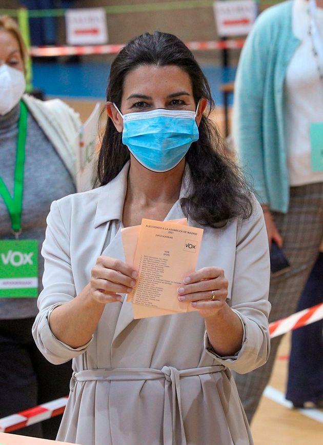 MADRID, 04/05/2021.- La candidata de Vox a la Presidencia regional, Rocío Monasterio, vota en...