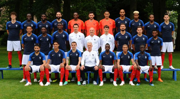 L'Équipe de France de football, aux côtés du sélectionneur Didier Deschamps,...