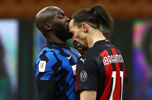 Romelu Lukaku (à gauche) face à Zlatan Ibrahimovic (à droite) lors de leur altercation...